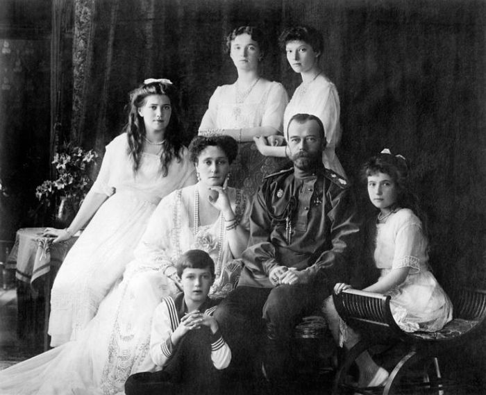 737px-1106px-Family_Nicholas_II_of_Russia_ca._1914